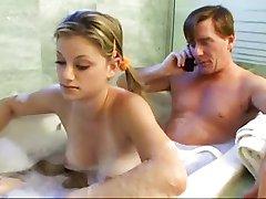 אבא ובתו החורגת כיף האמבטיה