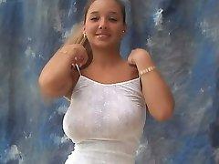 צעירה מפותחת מודל המקפץ שלה, ללא חזייה ענק, ציצים