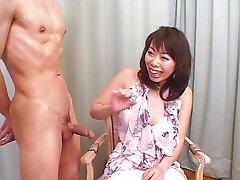 בחורה יפנית מציצה עובד