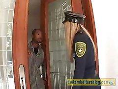 מגעיל קרם עור שוטר מקבל אותה מינית עונש