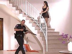 Katsuni מזדיינת עם שוטר