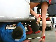מכונאי דופק את חזה הבוס במשרד