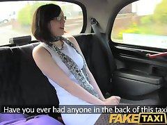 FakeTaxi היא אוהבת לרכב על זין גדול על המושב האחורי