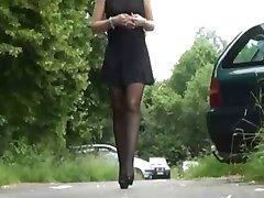 חצאית מיני והגרביים