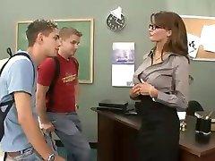 ברונטית מפותחת המורה הזין, מוצצת שני סטודנטים שלישייה