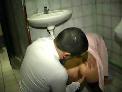 dans les toilettes du resto