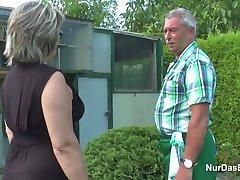 גרמנית סבא וסבתא לזיין חזק בגן