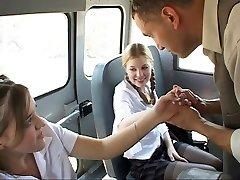 תלמידת בית ספר בפעולה באוטובוס