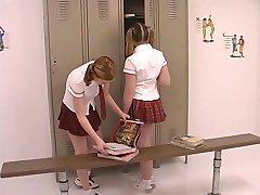 שני נוער. עוגות בתלבושת בית-ספר מתפרעים בחדר ההלבשה