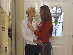 Plavuša i crnka lesbian liže jedni drugima'tittys
