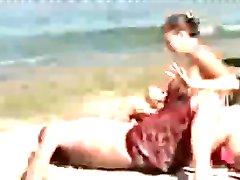 גבר עם זין ענק על החוף גורם לנשים ללא מילים