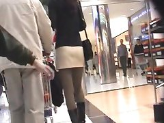 גרביונים מתחת לחצאית