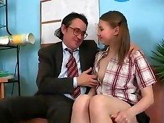 SB3 בחורה חמודה מקבלת זיינה על ידי המנהל !