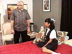 ברונטית נערת בית הספר משחק עם הכוס שלה על האדון שלה