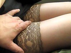 atinge-i picioarele în ciorapi cafenii într-un autobuz