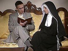 ביישן נזירה מקבל את התחת שלה זיין מול spermed