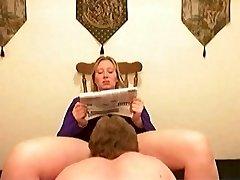 mužić čisti, a žena čita