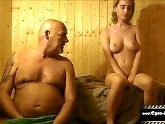 Teeny in der Sauna gefickt