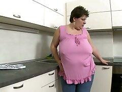Brüt esmer anne parmakla mastürbasyon bacağını çeker