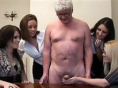 Женщина дает мастурбирует в перв старик