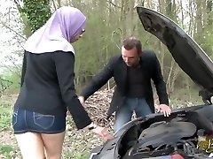 Sarah AbdelKhader suce son mec dans la voiture Beurette Trip