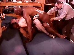 Beyaz Siyah Boğa Dolu bir Odada Hotwife