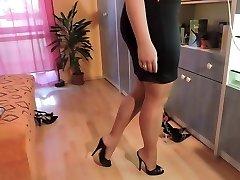 Любитель в нейлоновые чулки и туфли на высоких каблуках