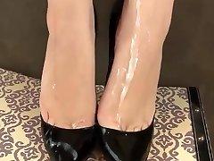 сперма на каблуки и ноги
