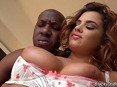 Seksi beyaz Keisha derin ona sıkı eşek alır BBC