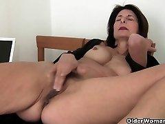 Büyükanne orgazm ihtiyacı var onu alır