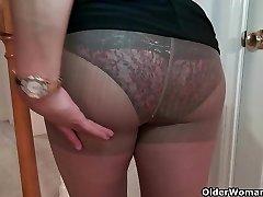 Busty milf Mia Jones kapalı şeritler ve bir yapay penis sikikleri