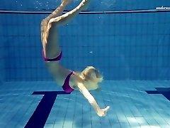 Neler yapabileceğini sıcak Elena su altında gösterir