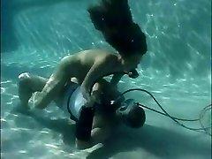Scuba kız havuz bakımı