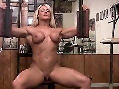 Musculosa pelada com clitoris grande