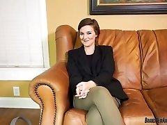 Große Brüste teen Streifen und Finger Ihre Muschi auf casting couch
