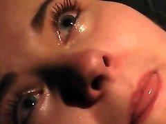 Orgazm ve acı içinde ağlayan BDSM esaret