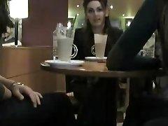Bir kafede yanıp sönen