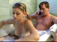 Baba ve üvey kızı banyoda eğleniyor