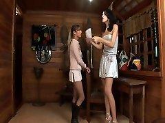 Uzun boylu Travesti bir zevk ile bir kız sikikleri
