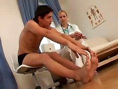 Над ними медсестра и ее пациент