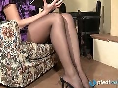 Nasty brunette sweetie Flavia looks irresistible in dark-hued nylon tights