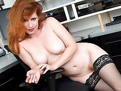 Ofiste patron kızıl saçlı