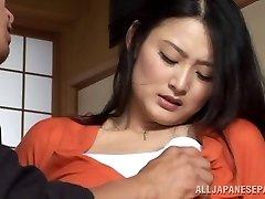 Ev hanımı Risa Murakami oyuncak becerdin ve oral seks verir