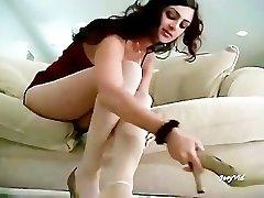 帕基的女孩Mehnaz表示她的热脚的白色丝袜对帕基Footboys