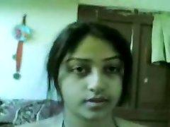 德西美丽的印度女孩表示的胸部