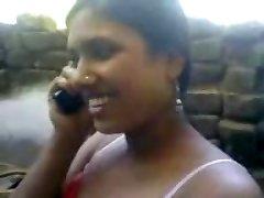 曼尼普尔邦的女孩洗澡和她的朋友抓住了