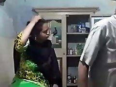 丝绸连衣裙的穆斯林阿姨