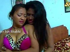 印度的自制性视频性感的印度阿姨的浪漫与炎热的年轻女孩