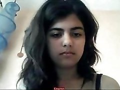 Menina indiana de tiras na webcam
