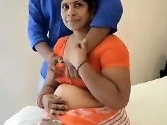 индийская мама трахалась с подростка мальчика в гостиничном номере